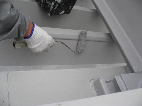 鉄骨・金属折板屋根の上塗り中。