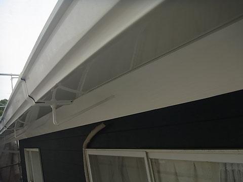 熊本T様家。外壁塗装完成後、サッシホワイトにてトイと木部を塗り替えました。