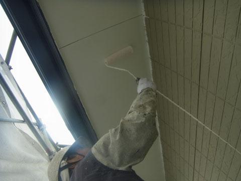 外壁塗装時に行う軒天塗装を防カビ塗料のホワイトカラーにてローラー塗替え中。