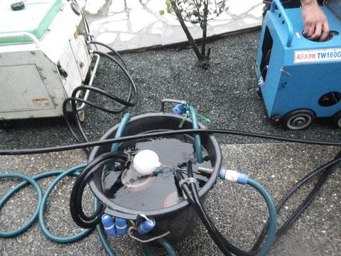 熊本Y様家のカラーベスト屋根塗り替え時。高圧洗浄時使用の水溢れ防止機能搭載バケツ。
