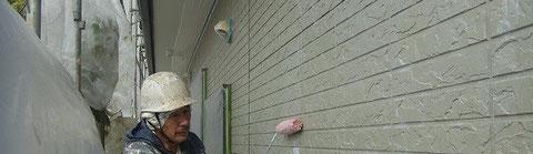 外壁に密着プライマーとローラーにて手塗り塗装中です。