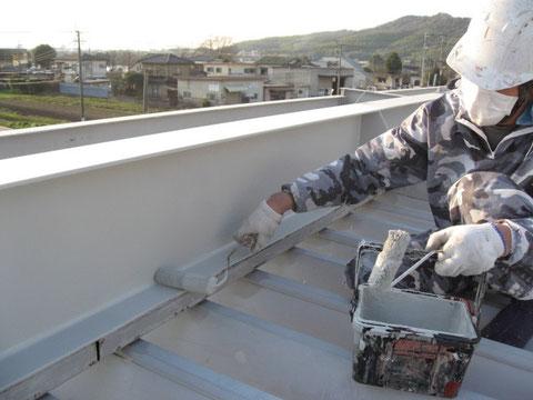 鉄骨屋根の錆止めローラー塗装。
