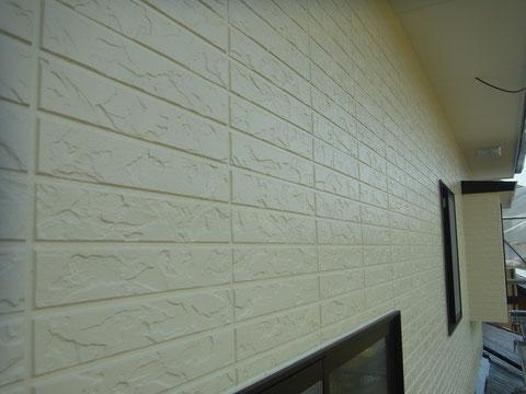 北側外壁塗装完成。クリーム色を使用しピカッとおしゃれに塗替えました。
