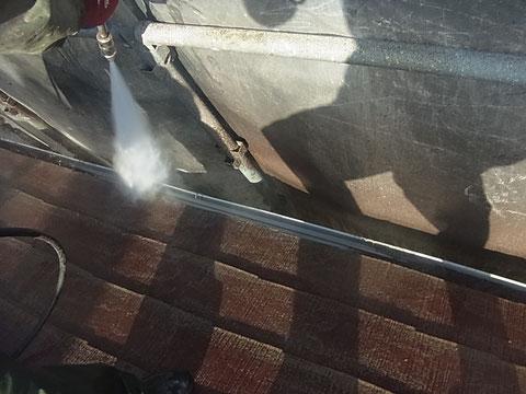 熊本T様家屋根の高圧洗浄時に行った、トイ内部洗浄。