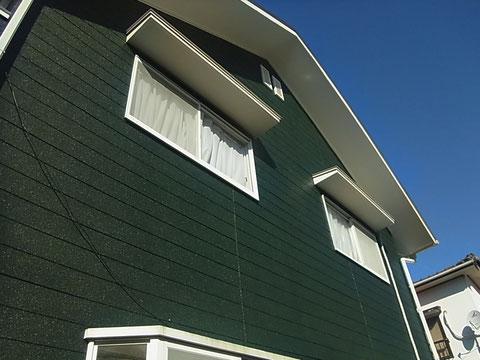 グリーン外壁塗装完成。使用しなくなったアンテナも撤去しスタイリッシュに塗り替え完成。