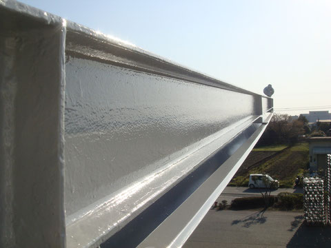 鉄骨金属屋根塗装完成を接写で撮影。ピカピカ