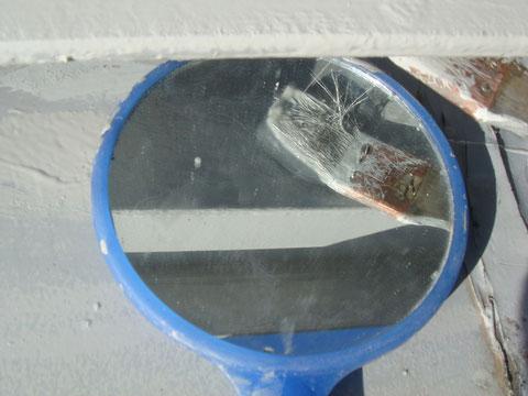 下から見えない部分は鏡を使用し錆止めを塗り込みました。