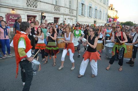Fanfare Ploukatak, rive gauche du port, à la fête de la musique de Vannnes. Photo : Laurent Guenneugues