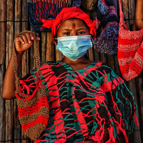 Niña Wayuu mostrando una de las bolsas realizada por ella/ Foto: Lismary Machado Uliana