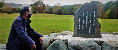 Fumio Kimura, en Biratori, junto al lugar adonde acaban de regresar los restos de 34 ainu. Foto: Carmen Grau