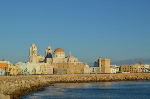 Paseo marítimo de Cádiz con la catedral de fondo/ Foto (cc): Flickr. Autor: Daniel GB