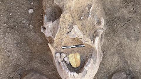 La momia de 2000 años de antigüedad con lengua de oro. Foto:  Ministerio de Antigüedades de Egipto