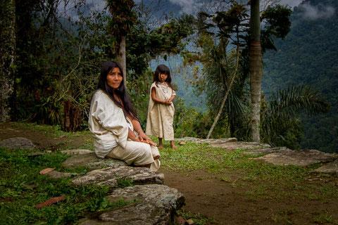 Mujer y niña de la tribu Kogui en una de las terrazas de Ciudad Perdida. / Dwayne Reilander / Wikipedia