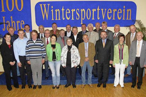 100 Jahre Wintersportverein: Vereinsvorsitzender Klaus Bergmann (rechts) hat zum Jubiläum zahlreiche Vereinsmitglieder für ihre Verdienste ausgezeichnet. Foto: Ralf Hettler.