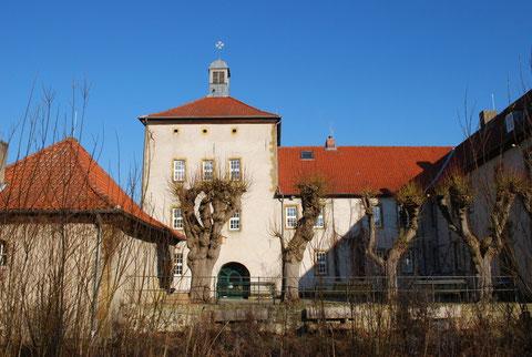 Das Biologiezentrum befindet sich in einer alten Wasserburg