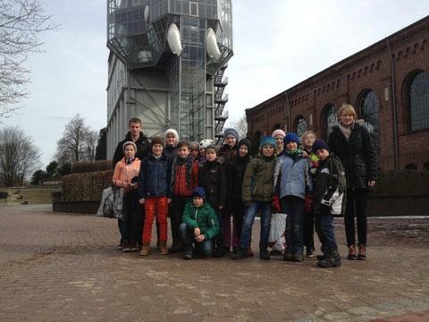 Die komplette Gruppe mit den Trainern Carola und Leif vor dem Glase-Elephant im Maxipark