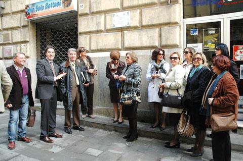 Collocazione della targa sulla facciata di Palazzo Cirino al civico 51, sede dell'antica Spezialia (Farmacia) del Poeta.