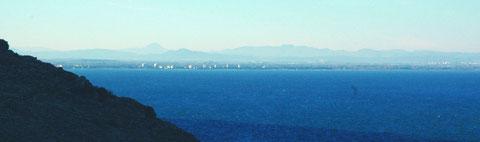Le Pic Bugarach, point culminant de la chaîne des Corbières, en arrière-plan de la Côte sableuse