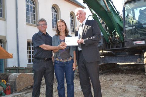 Pfarrerin Katharina Wendler übergab einen Scheck von 2.000 Euro als Spende der Nussbaum Stiftung. Foto: frh