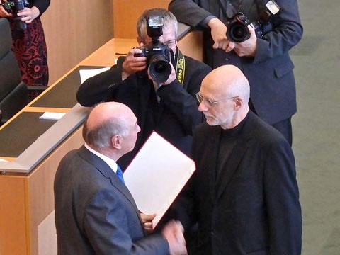 Leo Zogmayer erhielt das Österr. Ehrenkreuz für Wissenschaft und Kunst aus der Hand des Landeshautpmannes Dr. Erwin Pröll. Foto: zVg