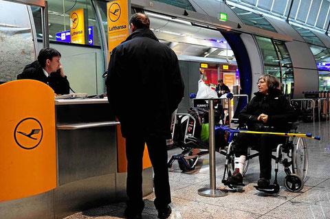 Warten auf den VIP-Service am Lufthansaschalter
