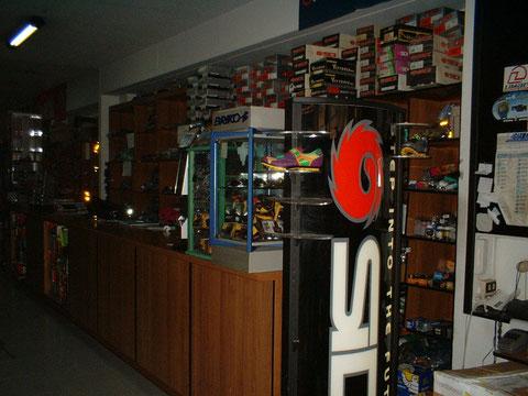 L'interno del negozio: l'officina meccanica e l'altro punto vendita è all'interno del portone (a fianco al negozio)