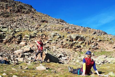 Spaltenbergung, lose Rolle, schweizer Flaschenzug, Kameradenrettung mit Bergführer im Trockenen üben