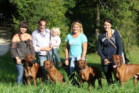 Marion, Thomas und Elina mit Bhanu, Nicole mit Rayha und Zina und Chantal mit Dayo