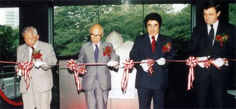 左から、上田稔顧問、有馬朗人会長、半田晴久実行委員長、ピーター・グレー(オーストラリア大使)