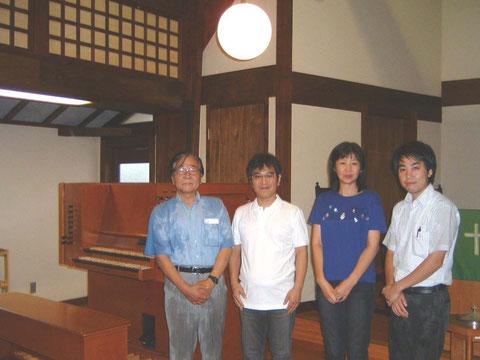 9/2 福岡女学院教会に新しいオルガンをお届けしました。多田先生ご夫妻と記念撮影。 台風到来中の楽器搬入作業で岡野と八幡はずぶ濡れ