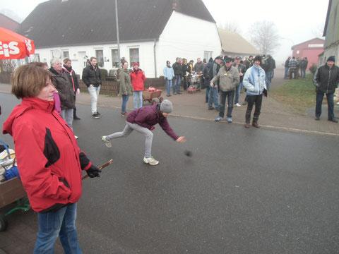 Straßenboßeln: jeweils jährlich im Wechsel organisieren Schützengilde und Feuerwehr das beliebte Straßensportevent.