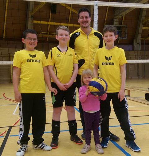 v.l.: Noah Kiemel, Marco Hägele, Trainer Markus Steiner, unser Fan und Maskottchen Franziska Stahl und Jakob Stahl