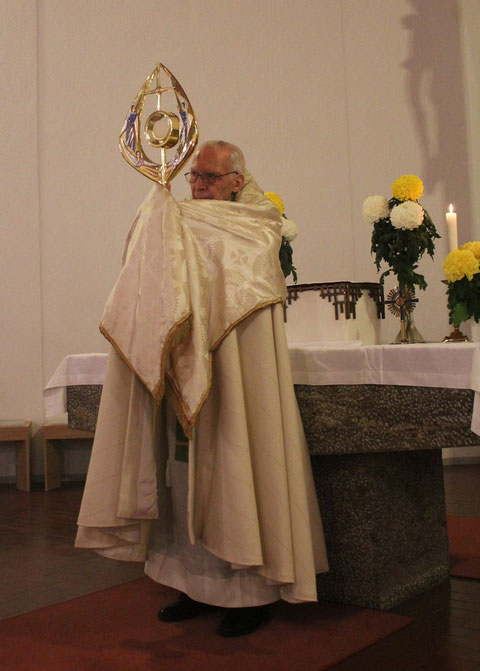 Segen mit der Monstranz/Blessing with the monstrance, Pfr. Alfons Mai, Neuhausen ob Eck (Tuttlingen), Germany, 06.06.2011, Canon EOS 550d. Foto: Eleonore Schindler von Wallenstern.