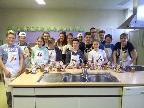 Schüler der 3b KLasse in der Küche
