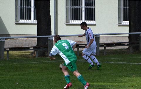Johannes Linner (re.) bereitet das 3:0 vor.