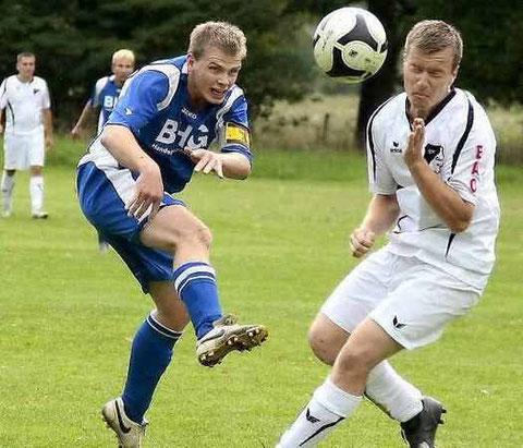 Frank Lehmann (r.) wirft sich mutig dem Ball entgegen. (Foto:lr-online)