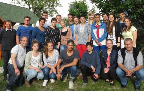 Deutsche und rumänische Jugendliche zusammen mit Katecheten und den katholischen Pfarrern