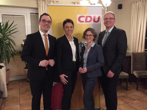 Das Foto zeigt (v. l. n. r.): Versammlungsleiter Steffen Gärtner sowie die Bewerber Dr. Dorit Stehr, Sigrid Vossers und Jens Böther.