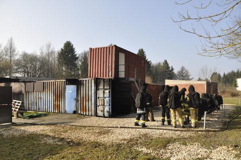 Die mit Holz befeuerte Anlage bestehend aus Containern.