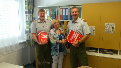 VS-Direktorin Elfriede Hinterplattner mit Kdt. Thomas Schwingshackl und Kdt.-Stv. Wolfgang Sulzner