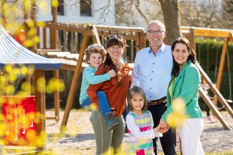 Bürgermeister Klaus Häusle mit Mirjam Altmeier-Koletzki und Sohn Liam sowie Carolin Lehberger und Tochter Leonie auf dem Spielplatz in der Lindenstraße
