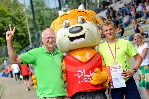 Mein Trainer Peter Malinowski, das DLV Jugendmaskottchen Jule und ich nach der Siegerehrung Foto:Kai Peters