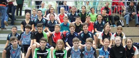 Suchbild: Unsere vier Tischtennis-Cracks zusammen mit den anderen Teilnehmern vom Bezirk Alb bei der Schwerpunktrangliste in Betzingen. Bild: E. Krumm