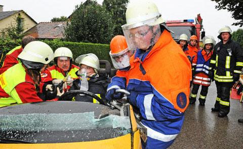 Zusammen mit Rettungskräften des ASB Orsenhausen bewältigten Mitglieder der Jugendfeuerwehr Schwendi-Wain den letzten Übungsteil der 24-Stunden-Aktion. (Foto: Bernd Baur)