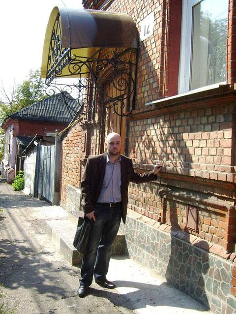 Geburtshaus von Vsevolod Zaderatzky in Kursk. Boris Solodkin zeigt hier das Haus der Familie V. Zaderatzky