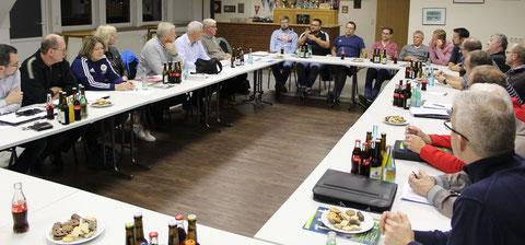 Im Vereinsheim des SV DJK Werpeloh tauschten sich Vereinsvertreter aus dem nördlichen Emsland mit dem Vorstand des Kreisfußballverbandes aus. Foto: Christian Belling