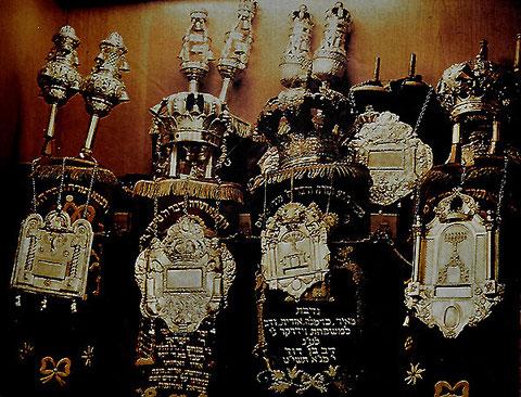 """Blick auf """"Hechinger"""" Tora-Schilde im Toraschrein der Stuttgarter Synagoge, Foto: Otto Werner, alle Rechte vorbehalten!"""
