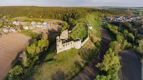 Чудове фото. Хоч і не розміщую чужі фото, а тим більше без дозволу, але це просто чудова панорама замку. Ось він який красень з висоти пташиного польоту.
