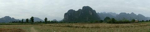 Abgeerntete Reisfelder bei Vang Vieng