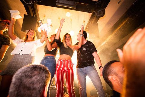 Mitarbeiter freuen sich über das erfolgreiche Jahr und feiern